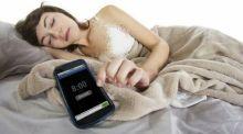 mulai-sekarang-coba-tinggalkan-kebiasaan-tidur-dekat-smartphone