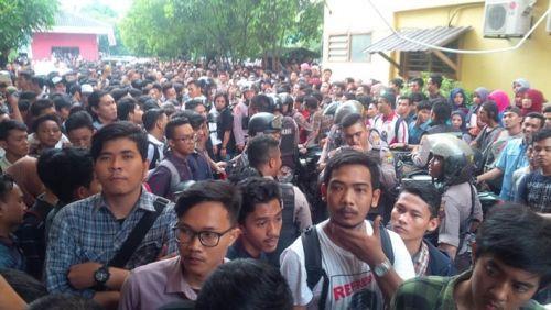 Dikepung Ratusan Mahasiswa, Polisi Kesulitan Evakuasi Pembunuh Dosen UMSU
