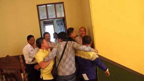 Memalukan! Ketua dan Wakil Ketua DPRD Kota Pematangsiantar Berkelahi lalu Saling Cekik Saat Rapat Paripurna