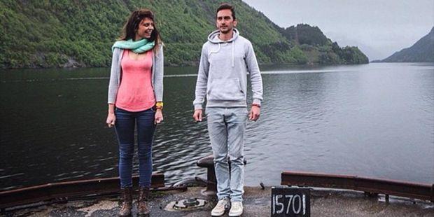 Pasangan Ini Nekat Gosok Kamar Mandi Demi Keliling Dunia