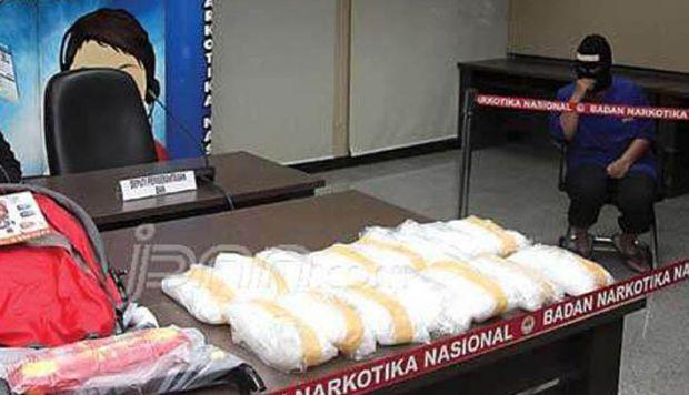 Istri Bandar Sabu Ngamuk Sambil Bugil Halangi Polisi Tangkap Suaminya