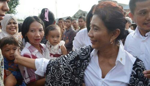 Menteri Kelautan Susi Pudjiastuti Pasangkan Sandal Jepit Nenek-nenek yang Terlepas saat Berebut Menyalaminya
