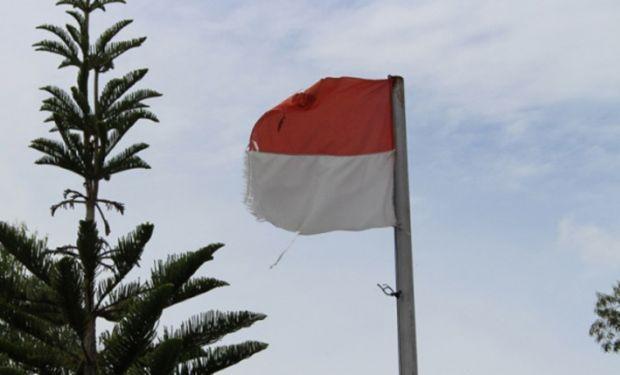 MEMALUKAN... Bendera Sobek Kayak Gini Kok Dibiarkan Berkibar di Depan Kantor DPRD