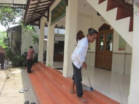 Di Kabupaten Ini, Polisi Tak Disiplin Wajib Ngepel dan Mengatur Sendal Jemaah Mesjid