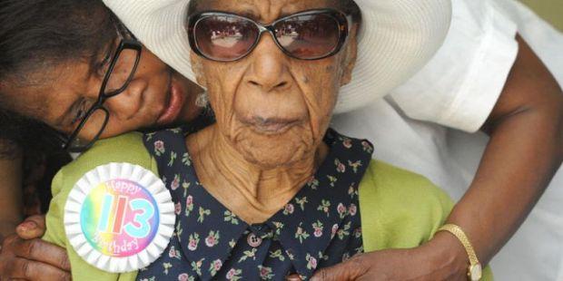 Resep Panjang Umur Nenek Tertua di Dunia Ini Ternyata Setiap Malam Tidur dengan Gaun Seksi
