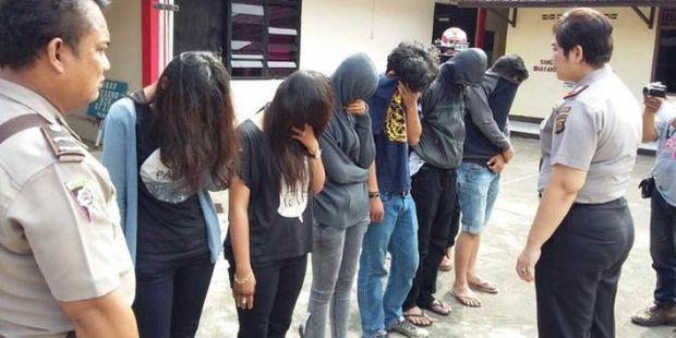 Diduga Sedang Pesta Seks, 6 Mahasiswa Digerebek, Ditemukan Botol Miras dan Kondom