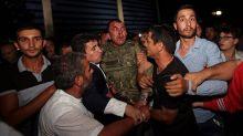 kudeta-turki-berhasil-digagalkan-rakyat-justru-ramairamai-tangkap-tentara-yang-memberontak