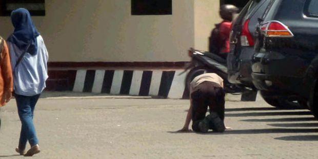 Waduh... Sering Bolos, Polisi Ini Dihukum Jalan Merangkak di Halaman Poltabes