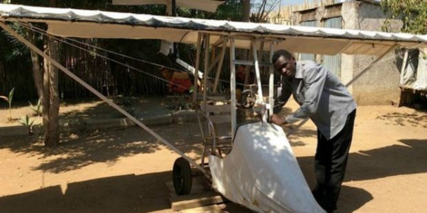 Keren! Pemuda Putus Sekolah Bikin Pesawat di Halaman Rumah