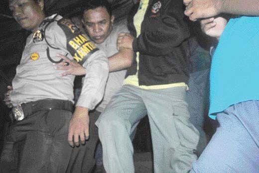 Tertangkap Mesum dengan Istri Sopir, Ketua DPRD Sijunjung Diarak ke Kantor Kelurahan