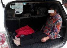 anak-durhaka-sampai-hati-masukkan-ibunya-ke-bagasi-mobil-agar-putraputrinya-nyaman-beristirahat