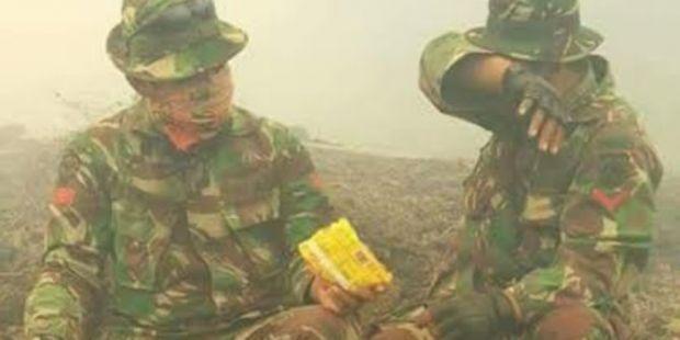 Kompaknya 2 Anggota TNI Berbagi Mi Instan di Tengah Kabut Asap