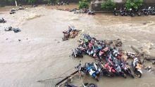 siswa-histeris-lihat-ratusan-motor-tersapu-banjir