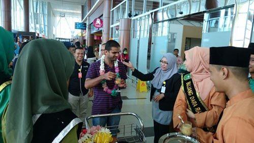 Ini Dia Wisatawan Pertama pada 2017 yang Mendarat di Bandara SSK II Pekanbaru dan Kaget karena Dapat Kejutan