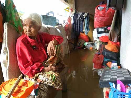 Setelah Diberitakan, Nenek Lumpuh yang Tinggal di Emperan Ruko Langganan Banjir Akhirnya Dapat Perhatian dari Dinas Sosial Indragiri Hilir