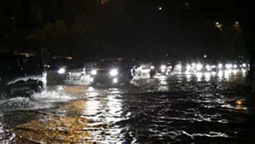 "Pekanbaru Dilanda Hujan Badai dan Angin Kencang, Jalan Depan Hotel The Premiere Berubah Jadi ""Sungai"""