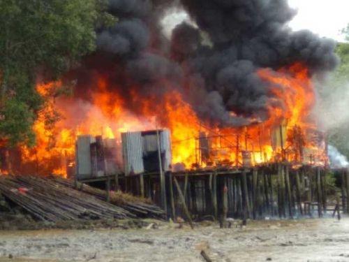 Kompor Minyak Tanah Meledak di Kateman Indragiri Hilir, 7 Rumah Terbakar, Seorang Ibu Jadi Korban