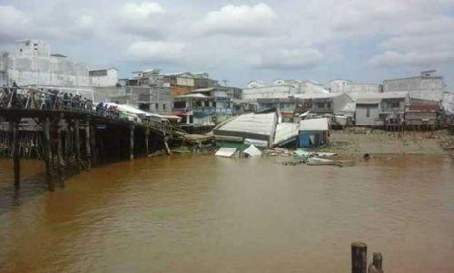 Jembatan Penghubung Roboh, Jalan dan 12 Unit Rumah Warga Tanahmerah Indragiri hilir Juga Ikut Ambruk