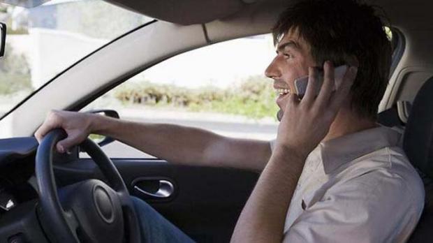 Mengemudi Sambil Menelepon, Pria Ini Tabrak Mobil Istri Kapolres Kampar