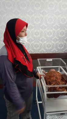 ibu-ini-bingung-karena-tanpa-pemberitahuan-bayinya-dievakuasi-ke-kantor-wali-kota-pekanbaru