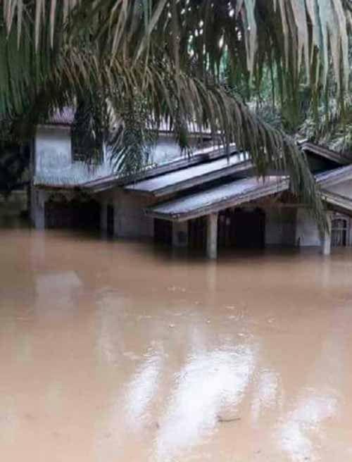 Rumah dan Jembatan di Desa Pesajian Peranap Kabupaten Indragiri Hulu Hanyut Diterjang Banjir Bandang