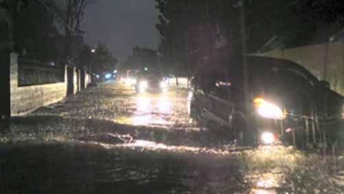 Pekanbaru Diguyur Hujan Deras dan Angin Kencang, Rumah Pj Wali Kota Edward Sanger Juga Terendam Banjir