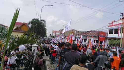 Ratusan Buruh Riau Unjuk Rasa Tuntut Kenaikan Upah