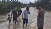 jalan-lintas-riausumut-di-rokan-hulu-rusak-dan-berlubang-akibat-banjir-sejumlah-kendaraan