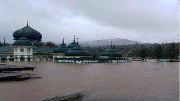 Banjir di Pangkalankotobaru Sumbar Nyaris sampai Atap Mesjid Raya