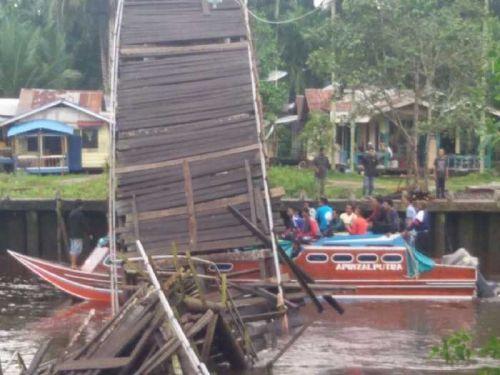 Jembatan di Desa Bente Kabupaten Indragiri Hilir Ambruk, Kapal Terpaksa Lewati Laut yang Lebih Berbahaya
