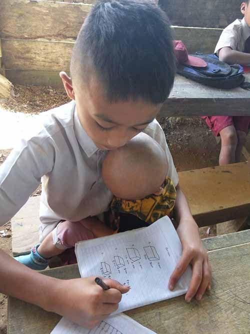 Potret Haru Siswa Harus Gendong Adik Bayinya ke Sekolah karena Orang Tuanya...