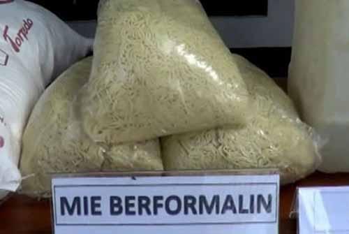 60 Liter Diduga Bahan Pengawet Mayat Disita dari Tempat Pembuatan Mi Kuning di Pekanbaru, Seorang Diamankan