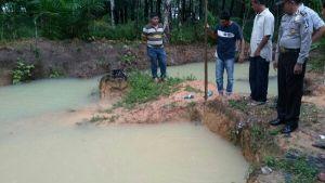 Tragis... Diduga Terpeleset Saat Bermain, Dua Bocah di Peranap Indragiri Hulu Tenggelam di Bekas Kolam Galian Batu Bata Milik Ayahnya