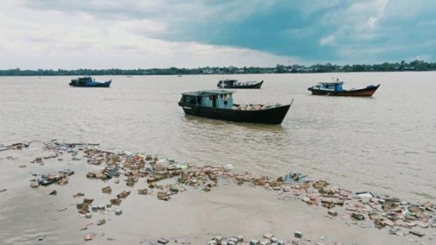 Sembako Senilai Rp1,5 Miliar Mengapung di Sungai Indragiri