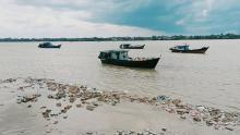 sembako-senilai-rp15-miliar-mengapung-di-sungai-indragiri