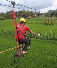 siapkan-waktu-ke-bungaraya-siak-menikmati-sensasi-bersepeda-gantung-di-atas-hamparan-padi