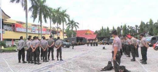 "Mobil <i>Security Barrier</i> Siaga, Begini Suasana Polda Riau Jelang Aksi Damai ""Tangkap Ahok"" di Pekanbaru"