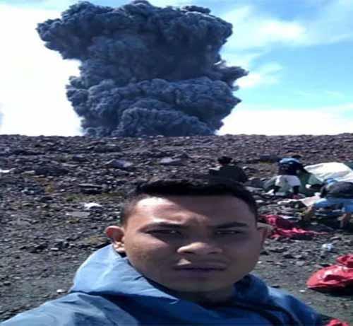 Ya Allah! Benar-benar Nekat, Pendaki Asal Pekanbaru Ini Selfie dari Dekat Kawah Gunung Saat Marapi Sumbar Meletus