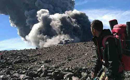 Satu Pendaki Pelajar SMP di Pekanbaru Masih Hilang Saat Gunung Marapi Sumbar Meletus