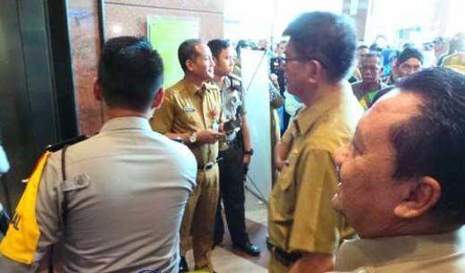 """Dituding Jadi """"Biang Kerok"""", Kepala BKD Riau Diteriaki Pendemo saat Nongol di Lobi RSUD Arifin Achmad Pekanbaru"""