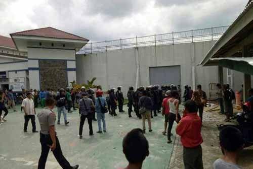 Pungli dan Perlakuan Kasar Sipir Diduga Penyebab Kabur Massal di Rutan Pekanbaru