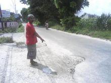 belum-lama-diperbaiki-jalan-kapausari-di-tenayanraya-pekanbaru-sudah-dihiasi-banyak-lubang