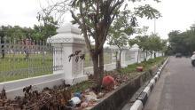tak-hanya-permukiman-tumpukan-sampah-kini-berserakan-di-dekat-rumah-dinas-gubernur-riau