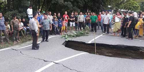 Inilah Jalan di Kampar Riau yang Ambles karena Diguyur Hujan Terus-menerus