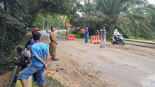 Jalan Ambles di Kecamatan Kuok Kampar Sudah Bisa Dilewati Kendaraan