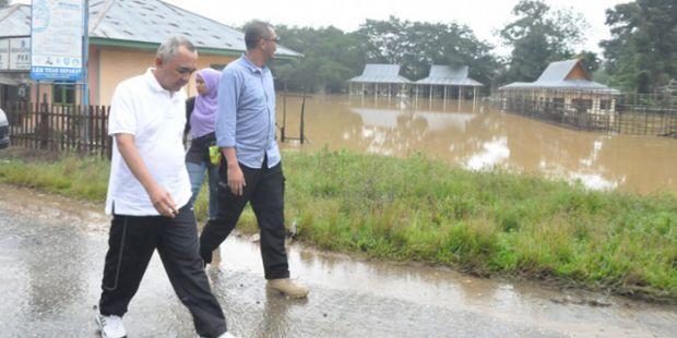 Mau Lihat Air Terjun Batu Dinding, Plt Gubri Dihadang Banjir dan Jalan Putus