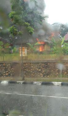 rumah-dinas-yang-ditempati-asisten-i-setdakab-pelalawan-zulhelmi-terbakar