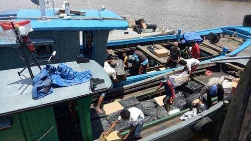 Kapal Bermuatan Ratusan Dus Rokok Ilegal Diamankan di Sebuah Pelabuhan Tikus di Kepulauan Meranti
