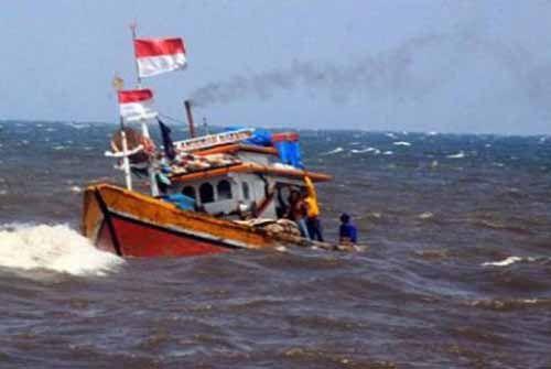 Dua Nelayan Bagansiapiapi Nyaris Tenggelam di Sungai Ular Rohil, Syukur Ada Anggota TNI AL yang Melihat Mereka Melambai-lambaikan Tangan di Atas Sampan