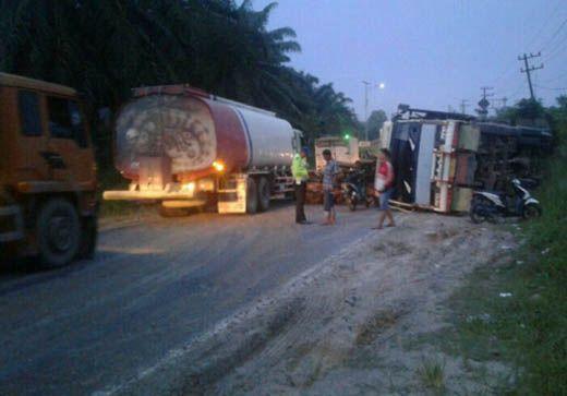 Truk Bernopol L 9083 UN Terguling, Puluhan Ton Kayu Balak Berserakan di Jalan Lintas Duri-Pekanbaru